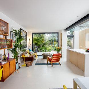 Idee per un piccolo soggiorno nordico aperto con pareti bianche, pavimento in cemento e pavimento bianco