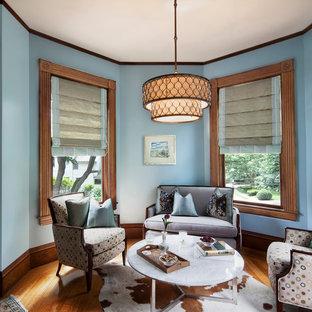 ボストンのヴィクトリアン調のおしゃれなリビング (青い壁) の写真