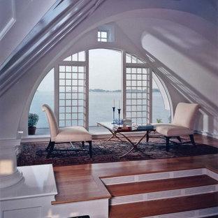 Immagine di un soggiorno stile marino di medie dimensioni e chiuso con sala formale, pareti arancioni e parquet chiaro