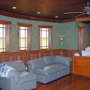 ニューヨークの中くらいのサンタフェスタイルのおしゃれな独立型リビング (緑の壁、濃色無垢フローリング、暖炉なし) の写真