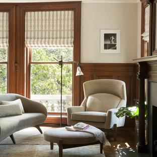 Foto di un soggiorno minimalista con pareti beige, parquet scuro, camino classico e nessuna TV