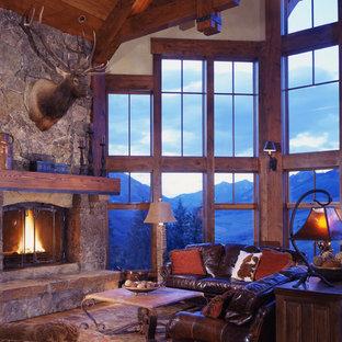 Idées déco pour un grand salon montagne avec un manteau de cheminée en pierre, un sol en bois brun et une cheminée d'angle.