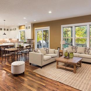 Modelo de salón para visitas abierto, contemporáneo, grande, sin chimenea y televisor, con paredes marrones, suelo de madera oscura y suelo marrón