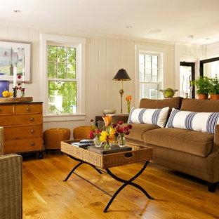 Ispirazione per un soggiorno tradizionale di medie dimensioni e aperto con pareti bianche, pavimento in legno massello medio e pavimento arancione