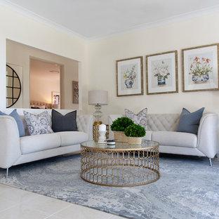 Ejemplo de salón para visitas tradicional renovado, sin chimenea y televisor, con paredes blancas y suelo blanco