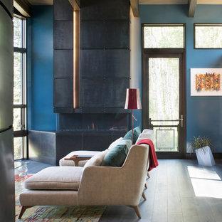 Esempio di un soggiorno minimal con pareti blu e cornice del camino in metallo