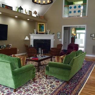 Ispirazione per un grande soggiorno eclettico chiuso con sala formale, pareti beige, parquet chiaro, camino ad angolo, cornice del camino in legno e TV a parete