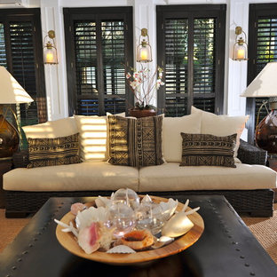Idee per un soggiorno tropicale con pareti bianche