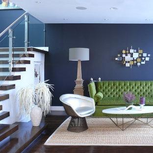Modern inredning av ett mellanstort allrum med öppen planlösning, med blå väggar, ett finrum, mörkt trägolv och brunt golv