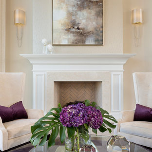 Esempio di un piccolo soggiorno contemporaneo con sala formale, pareti nere, parquet scuro, camino classico, cornice del camino piastrellata, nessuna TV e pavimento marrone