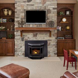 シアトルの中サイズのトラディショナルスタイルのおしゃれな独立型リビング (茶色い壁、カーペット敷き、標準型暖炉、石材の暖炉まわり、壁掛け型テレビ、ベージュの床) の写真