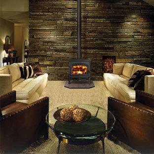 シアトルの中サイズのトラディショナルスタイルのおしゃれな独立型リビング (グレーの壁、カーペット敷き、吊り下げ式暖炉、テレビなし、茶色い床) の写真