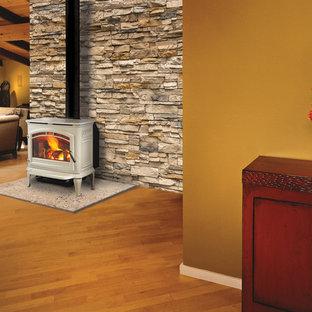 Esempio di un grande soggiorno tradizionale chiuso con pareti marroni, pavimento in legno massello medio, camino sospeso, nessuna TV e pavimento marrone