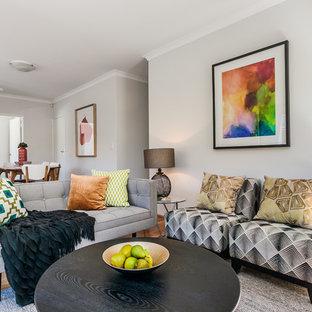 Immagine di un soggiorno moderno con pareti grigie, pavimento in bambù e nessun camino