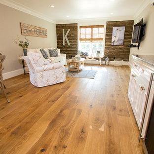 Kleines, Offenes Country Wohnzimmer ohne Kamin mit beiger Wandfarbe, hellem Holzboden und Wand-TV in Boston