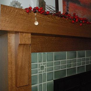 Immagine di un grande soggiorno moderno con cornice del camino piastrellata, pareti grigie, pavimento in legno massello medio, camino classico, TV autoportante e pavimento marrone