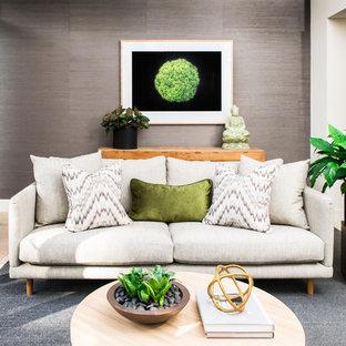 シドニーの中サイズのトロピカルスタイルのおしゃれなLDK (フォーマル、白い壁、淡色無垢フローリング、暖炉なし、テレビなし) の写真