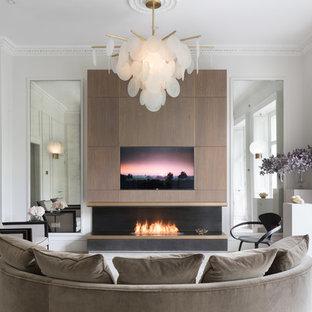 Bild på ett funkis vardagsrum, med vita väggar, en standard öppen spis och en dold TV