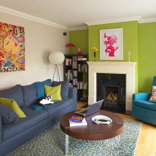 Inspiration för mellanstora eklektiska separata vardagsrum, med en standard öppen spis