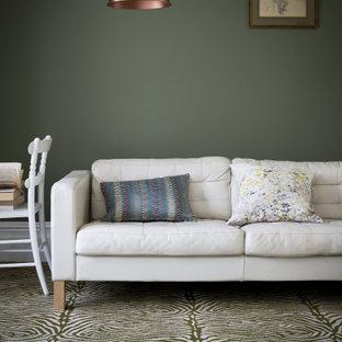 Esempio di un grande soggiorno contemporaneo chiuso con sala formale, pareti verdi, moquette, nessun camino, nessuna TV e pavimento multicolore