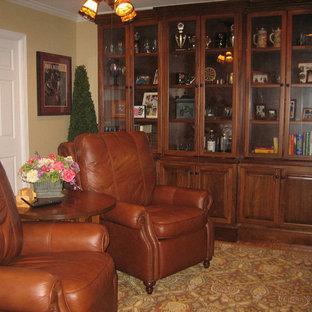 ローリーの中くらいのトラディショナルスタイルのおしゃれなLDK (フォーマル、ベージュの壁、竹フローリング、暖炉なし、据え置き型テレビ、茶色い床) の写真