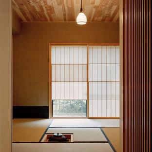 Inspiration för ett orientaliskt vardagsrum, med beige väggar och tatamigolv