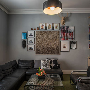 Inspiration för mellanstora moderna separata vardagsrum, med ett finrum, grå väggar, heltäckningsmatta, en standard öppen spis, en spiselkrans i gips och grönt golv