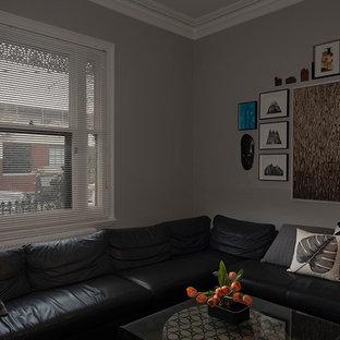 Foto di un soggiorno moderno di medie dimensioni e chiuso con sala formale, pareti grigie, moquette, camino classico, cornice del camino in intonaco, nessuna TV e pavimento verde