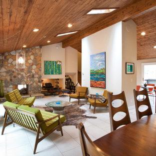 Mid-Century Wohnzimmer mit Kaminsims aus Stein in Atlanta
