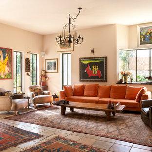 ロンドンの中サイズのエクレクティックスタイルのおしゃれなリビング (ベージュの壁、テラコッタタイルの床、オレンジの床) の写真