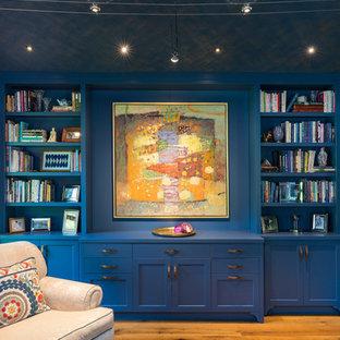 オースティンの中くらいのトランジショナルスタイルのおしゃれな独立型リビング (ライブラリー、青い壁、無垢フローリング、テレビなし、オレンジの床) の写真