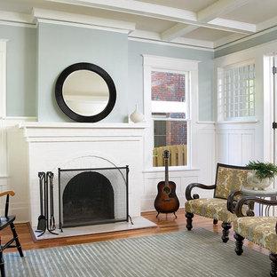 Modelo de salón tradicional con marco de chimenea de ladrillo