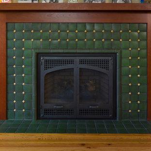 Foto di un soggiorno american style con pavimento in legno massello medio, camino classico, cornice del camino piastrellata e pareti gialle