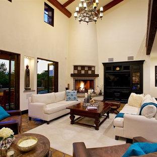 サンディエゴの巨大な地中海スタイルのおしゃれなリビング (テラコッタタイルの床、コーナー設置型暖炉、タイルの暖炉まわり、オレンジの床) の写真