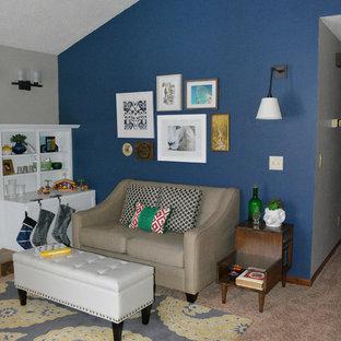Idee per un piccolo soggiorno eclettico aperto con pareti blu, moquette, camino classico, cornice del camino piastrellata e nessuna TV