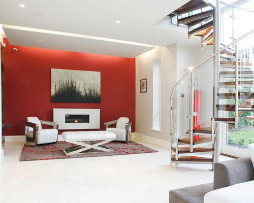 Salon avec une cheminée ribbon et un mur rouge : Photos et idées ...