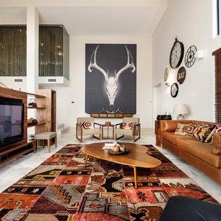 パースの大きいコンテンポラリースタイルのおしゃれなリビング (ベージュの壁、トラバーチンの床、埋込式メディアウォール) の写真