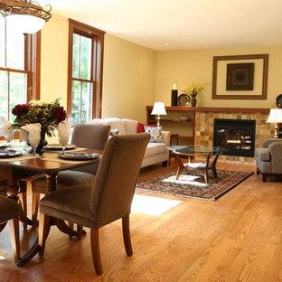 Esempio di un soggiorno chic di medie dimensioni e aperto con sala formale, pareti beige, parquet chiaro, camino classico, cornice del camino piastrellata, nessuna TV e pavimento beige