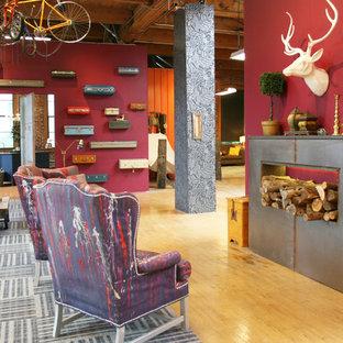 Esempio di un soggiorno industriale con pareti rosse e pavimento in legno massello medio