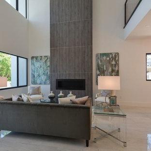 マイアミの大きいコンテンポラリースタイルのおしゃれなLDK (フォーマル、白い壁、大理石の床、横長型暖炉、木材の暖炉まわり、テレビなし、白い床) の写真