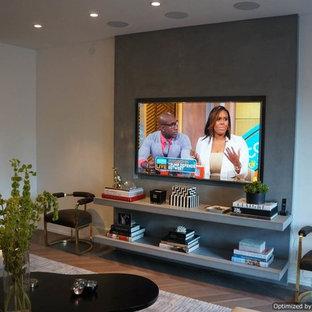 Ejemplo de salón para visitas abierto, moderno, grande, sin chimenea, con paredes beige, suelo de madera clara y pared multimedia