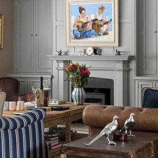 Modelo de salón para visitas cerrado, tradicional renovado, de tamaño medio, sin televisor, con paredes grises, estufa de leña, marco de chimenea de yeso y moqueta