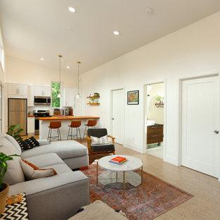 Foto de salón cerrado, nórdico, pequeño, con paredes blancas y suelo de corcho