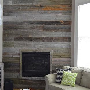 Esempio di un soggiorno stile rurale di medie dimensioni e aperto con pareti grigie, parquet chiaro, camino classico, cornice del camino in legno, nessuna TV e sala formale