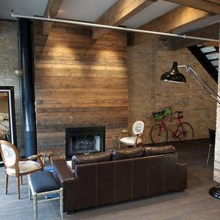 Bild på ett rustikt vardagsrum, med en spiselkrans i trä och en standard öppen spis