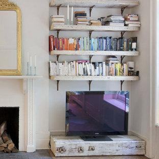 Inspiration för ett litet shabby chic-inspirerat loftrum, med vita väggar, ljust trägolv, en standard öppen spis, en spiselkrans i gips och en fristående TV