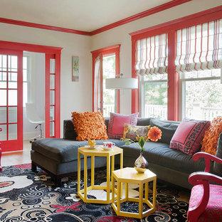 Diseño de salón para visitas abierto, tradicional renovado, pequeño, con paredes rojas y suelo de madera en tonos medios