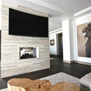 Ejemplo de salón cerrado, minimalista, extra grande, con paredes blancas, suelo de baldosas de porcelana, chimenea de doble cara, marco de chimenea de baldosas y/o azulejos y televisor colgado en la pared