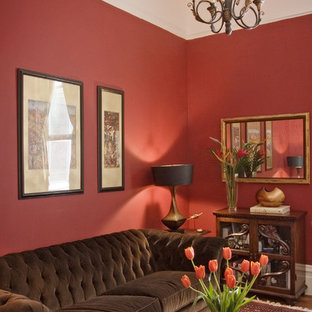 サンフランシスコのトラディショナルスタイルのおしゃれなリビング (赤い壁) の写真