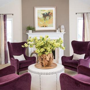 Idee per un soggiorno chic di medie dimensioni e aperto con sala formale, pareti beige, moquette, camino classico, cornice del camino piastrellata e nessuna TV